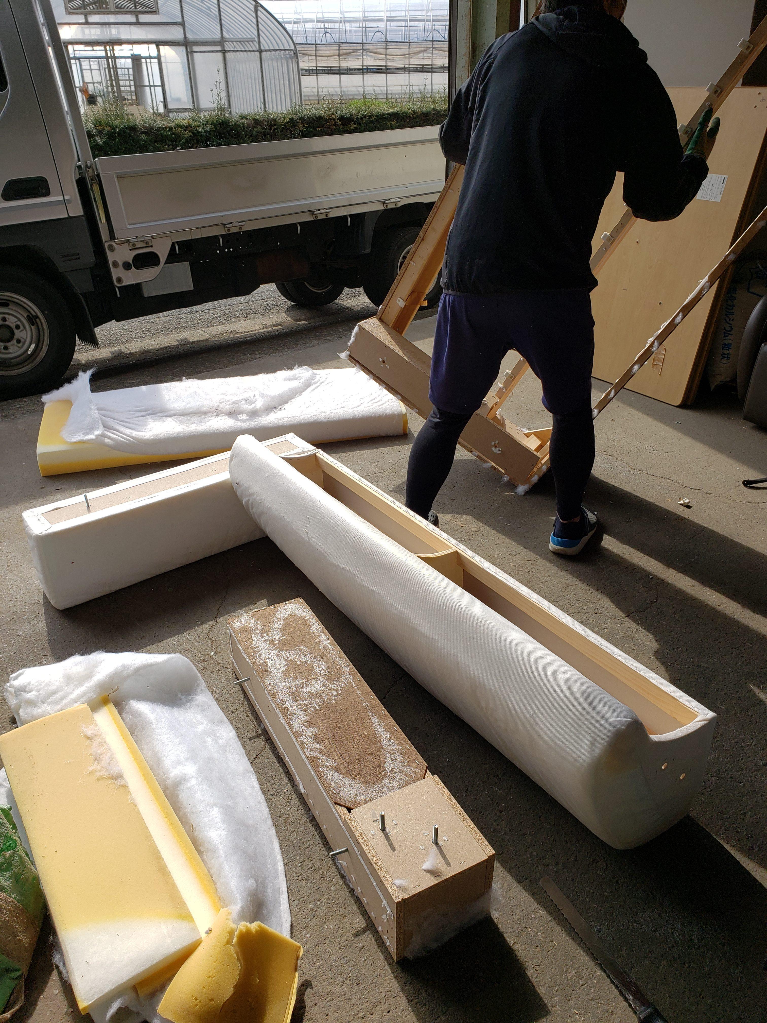 東京都青梅市 ソファ回収&処分の為の解体と素材ごとに分別